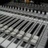 Gitaar spelen tijdens een studio opname